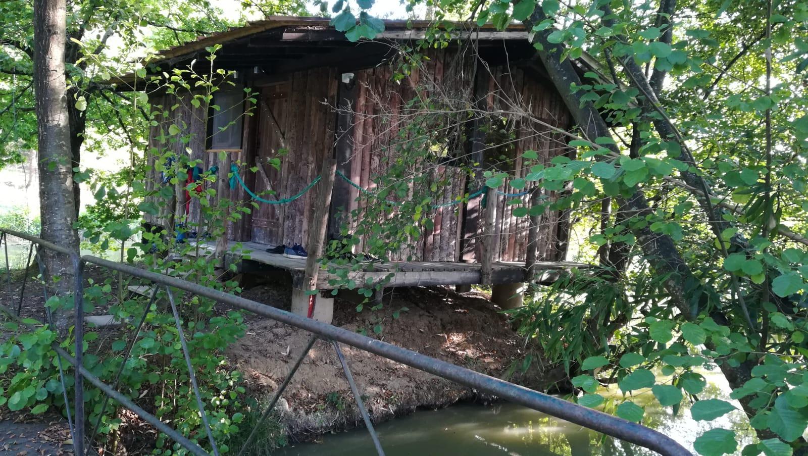 cabane bord de l'eau